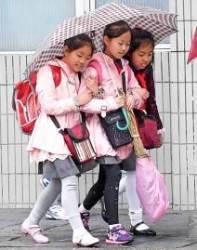 나이키 운동화에 미피(Miffy) 우산 들고 등교하는 평양 아이들