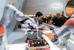 [사진] 맥주 따르는 로봇