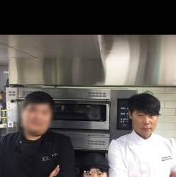 <!HS>최현석<!HE> 셰프가 레스토랑 막내와 사진 한 장에 같이 나올 수 없는 이유