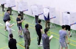 [서소문사진관]부상 장병들도 목발짚고 투표참가!