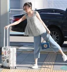 공항서 '캐리어 논란' 패러디한 여가수