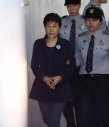 옅은 미소에 팔장낀 모습도…박 전 대통령, 두 번째 재판서는 덜 긴장