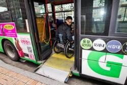 """장애인이 저상버스 탔는데 기사는 안전조치 소홀…인권위 """"차별"""""""