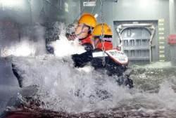 [포토중앙]'침몰하는 함정을 사수하라'…실전같은 해군 함정 손상통제훈련