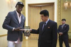 방북한 前 NBA 스타 로드먼, <!HS>트럼프<!HE> 저서 '거래의 기술' 김정은에 선물