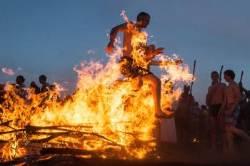 [서소문사진관]불을 뛰어넘으면 건강해질까?…'이반 쿠팔라축제'