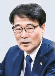 증세 논의 키맨은 '<!HS>청와대<!HE> 만담가' 장하성