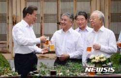 """""""새 정부 모델기업"""" 文대통령 격찬받은 오뚜기···어떻길래?"""