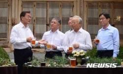 문 대통령, '함영준 오뚜기 회장과 대화'