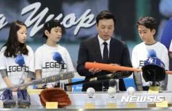 야구 배트 소개하는 이승엽