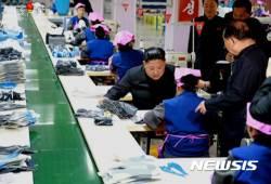 류원신발공장 시찰하는 북한 김정은 위원장