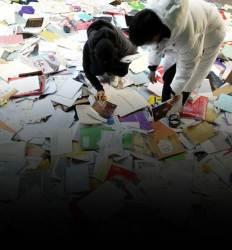 쓰레기장서 수능 책 찾는···  나는 기구한 99년생입니다