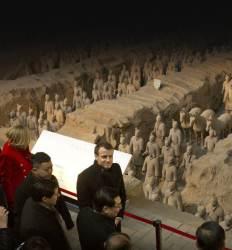 국빈 마크롱 대하는 시진핑의 자세  공동 기자회견에 10조원 통큰 선물
