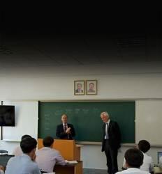 김일성·김정일 사진 걸고 자본주의 가르치는 곳 올 졸업식엔 교수들 못간다