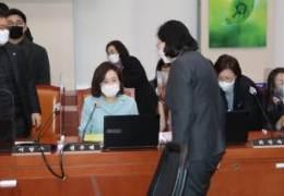 인사마저 외면 당했다···국회서 '투명인간' 된 여가부 장관