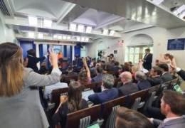 '노마스크' 기자들 다닥다닥···'정상 복귀' 백악관 가보니