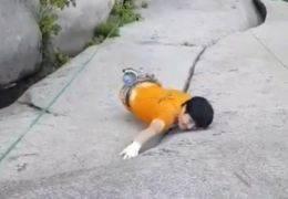 로프 없이 910m 암벽 타기···제정신인가, 내적 수련인가