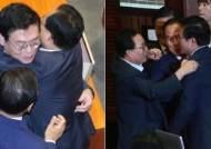 문재인 정부 출범 후 인사 첫 '부결'…얼싸안는 한국당