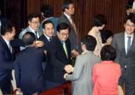 김명수 통과되는 날...민주당은 '박수', 한국당 '썰렁'