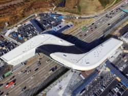 [서소문사진관] 국내 첫 개장한 '고속도로 위 휴게소' 가보니