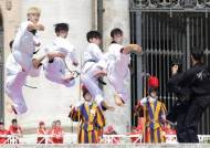 [서소문사진관] '평화가 승리보다 귀해'...한국 태권도, 교황님 앞 절도있는 시범