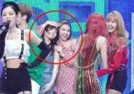 Adorable Interaction Between TWICE's NAYEON & BLACKPINK Spotted on Stage