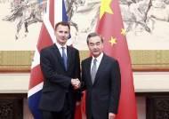 중국인 아내를 일본인이라고 소개한 英 외무장관
