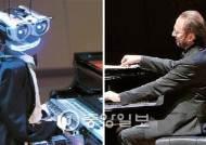 """로봇 테오 """"난 인간보다 정확""""…피아니스트 """"음악 파괴 못 참아"""""""