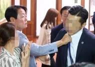 """한선교, 멱살 잡은 경호원에 """"고개 숙여 사과"""""""