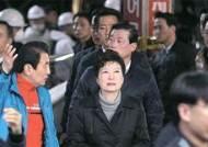 '개인' 박근혜 35일 만의 외출…탄핵 정국 속 서문시장 방문