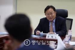 송희영 전 조선일보 주필 피의자 신분으로 검찰 출석