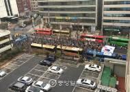 """보수단체 """"탄핵무효, 국회해산"""" 서소문로 행진"""
