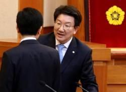 """권성동 법사위원장, """"황 총리 탄핵 불가…소추위원 안 해"""""""