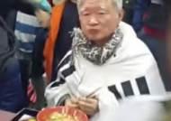 """""""태극기가 우동 먹는데 입는 옷이냐"""" 서석구 변호사 가락국수 먹다 봉변"""