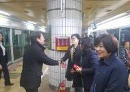 [단독] 안철수 첫 일정, 새벽 지하철서 대학생과 페북 라이브