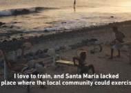 쓰레기로 해변에 피트니스 클럽을 만든 남자