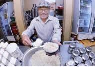 """[굿모닝 내셔널]""""아침 식사 하셨나요?""""…10년째 1000원 밥상 선물하는 식당"""