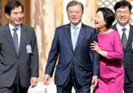 문 대통령 '한국판 웨스트 윙' 여민관 9분 걸어서 출근