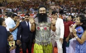 인도 '성폭행' 교주, 감옥서 수천명 추앙받는 이유