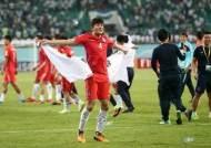 답답한 한국축구, 위안은 '21살 괴물 수비수' 김민재 등장