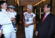 [서소문사진관] 막강 우먼 파워 라가르드 총재, 우는 아이 앞에서는 이웃집 할머니..