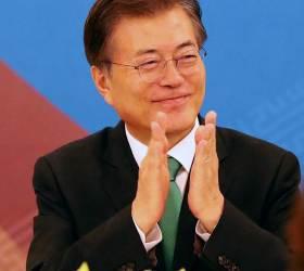 """文 대통령 """"밤 깊을수록 새벽 가까운 법""""…'북한주민 귀순→평화<!HS>통일<!HE> <!HS>준비<!HE>'로 메시지 변화"""