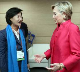 """<!HS>클린턴<!HE> """"창의적 외교로 북핵 풀어야...무신경한 전쟁 위협 안돼"""""""
