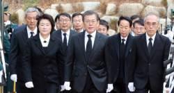 김영삼 전 대통령 추도식에 간 문재인 대통령, 합리 보수층에 손짓