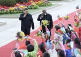 시진핑 주석이 인구 1500분의 1인 나라 정상과 손 맞잡은 이유는?