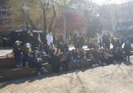 대학가 점령한 롱 패딩 행렬…겨울 '과잠' 천하통일