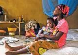 """[함께 만드는 세상] """"쫓겨날까 봐 남편 말 거역 못해요"""" 가난 때문에 생겨난 '어린 엄마'들"""