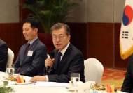 """충칭 교민들 만난 문 대통령 """"한중 협력의 가교역할 해달라"""""""