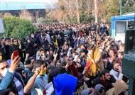 """이란, 8년 만에 대규모 시위 … """"정부군 총격에 시위대 2명 사망"""""""