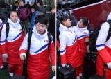북한 女 아이스하키팀, 남측에 밝게 손 흔들며 진천으로